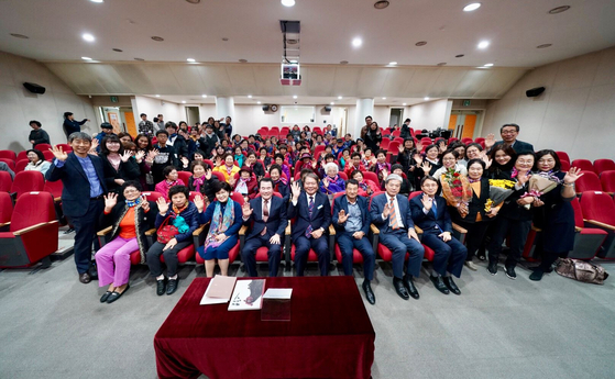 지난해 11월 충남교육청 평생교육원에서 열린 '요리는 감이여' 풀판기념회에서 김지철 교육감과 어르신, 학생들이 환하게 웃고 있다. [사진 충남교육청]