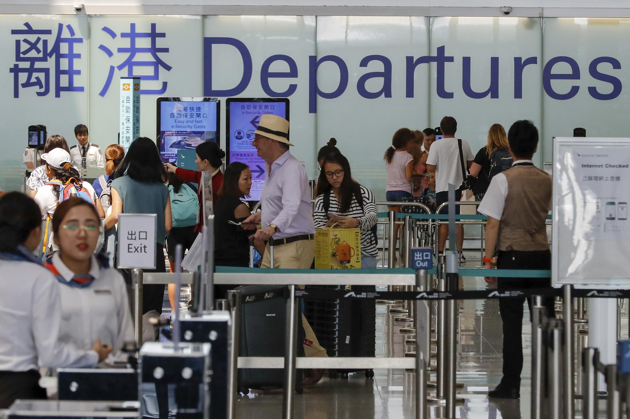 정상화된 14일 홍콩공항에서 여행객들이 출국 수속을 하고 있다. [AP=연합뉴스]