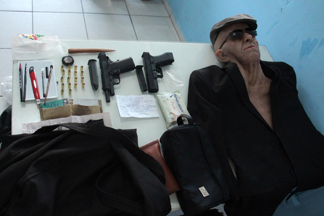 브라질 산타 카타리나주 경찰이 12일 배포한 사진. 전직 은행원이었던 은행강도가 사용한 상반신 가면(오른쪽)과 가짜 총들. 범인은 범행 현장에서 체포됐다. [사진 브라질 산타카타리나주 경찰]
