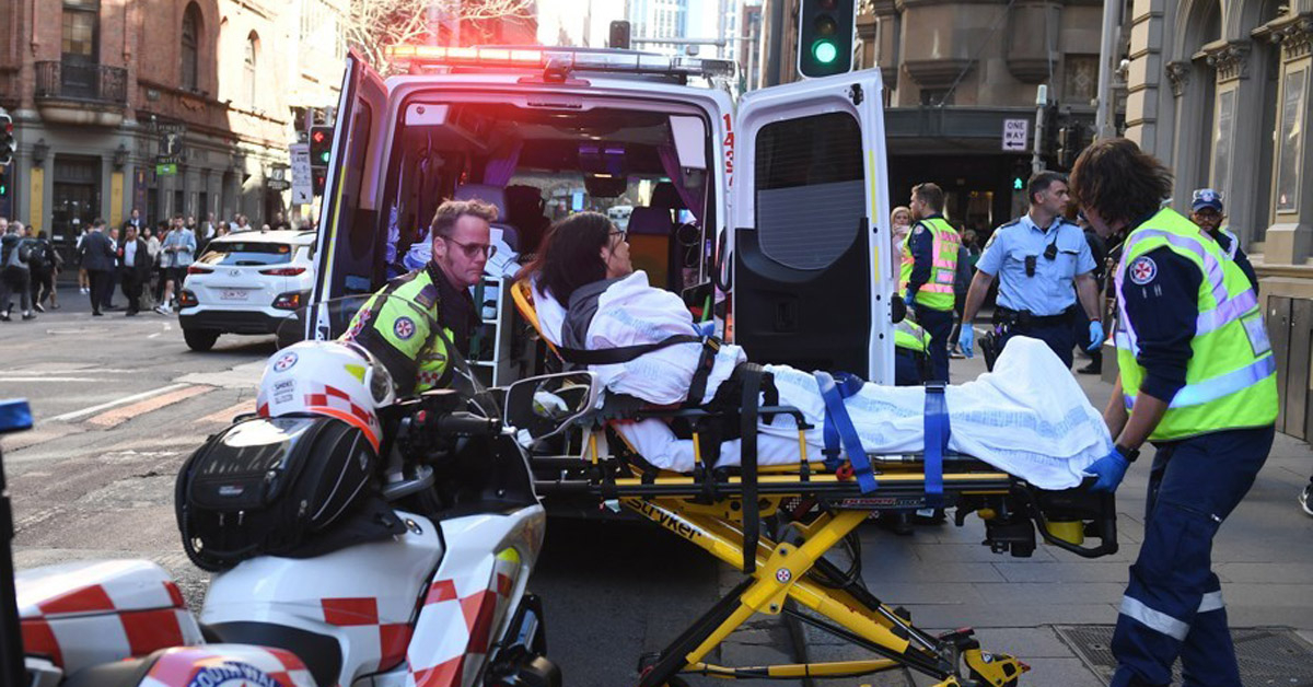 호주 시드니 도심에서 벌어진 칼부림 난동에 부상을 입은 여성. [AP=연합뉴스]