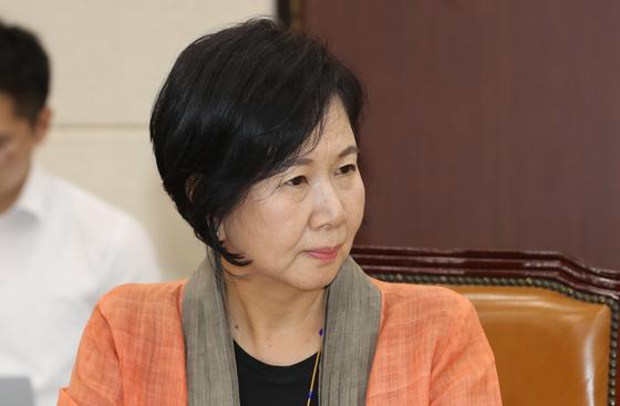 지난달17일 오후 열린 국회 보건복지위 전체회의에서 손혜원 의원이 회의를 지켜보고 있다. [연합뉴스]