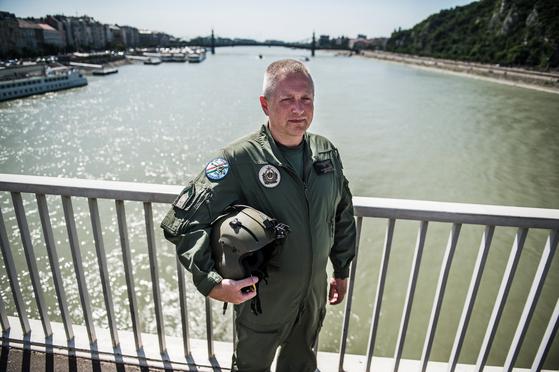 86항공대 헬기 조종사 즈솔트 스자보가 지난 7월 2일 헝가리 부다페스트 엘리자베스 다리에서 포즈를 취했다. 항공 수색작전에 투입, 임무를 완수했다. [EPA=연합뉴스]