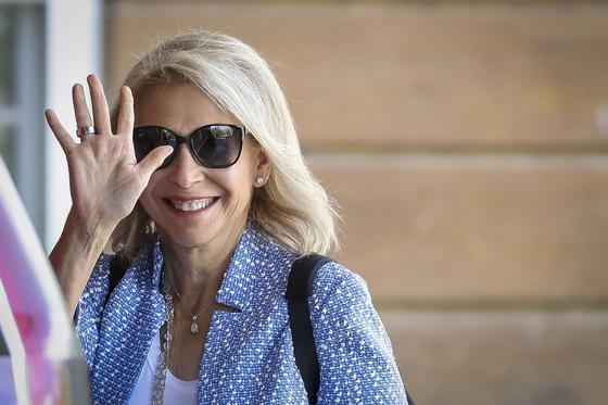 CBS와 바이아컴의 인수를 강력하게 추진해 온 섬너 레드스톤의 딸 샤리 레드스톤이 지난 7월9일 아이다호주 선밸리에서 열린 컨펀스에 참석하며 손을 흔들어보이고 있다. [AFP=연합뉴스]