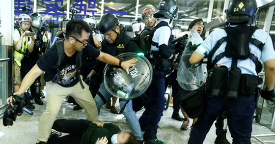 14일 새벽 홍콩국제공항에서 반정부 시위대와 진압경찰이 충돌했다. [뉴스1]