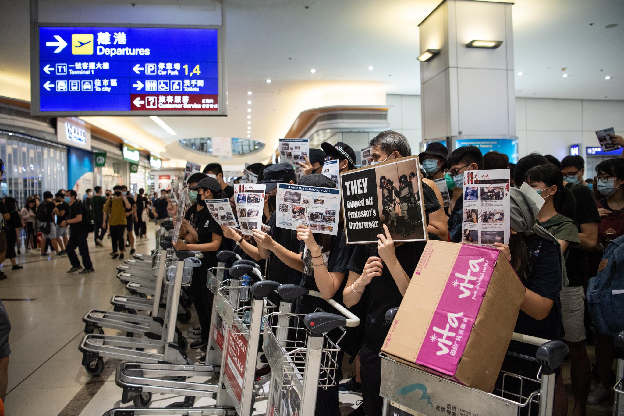 홍콩 시위대가 13일 홍콩국제공항 터미널2의 출국 게이트를 카트로 막고 있다. [EPA=연합뉴스]