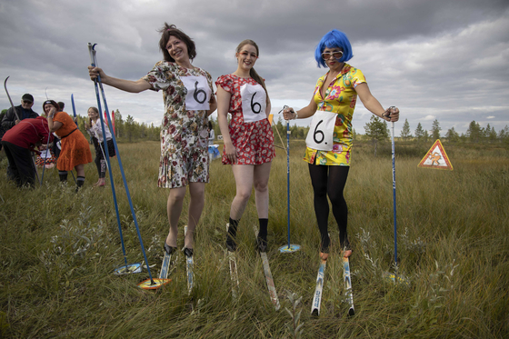 핀란드 늪 스키대회에 참가한 푸다샤르비 마을 주민들이 12일(현지시간) 출발을 기다리고 있다. [신화=연합뉴스]