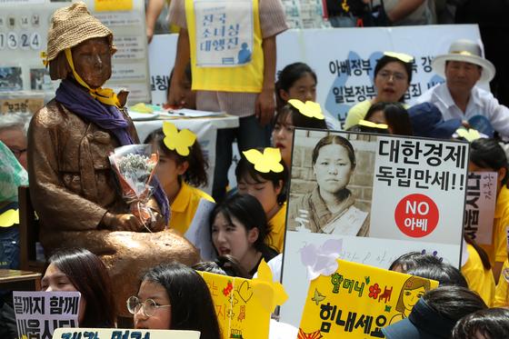 14일 오후 서울 종로구 옛 일본대사관 앞에서 일본군 위안부 문제해결을 위한 1400차 정기 수요집회가 열리고 있다. 장진영 기자