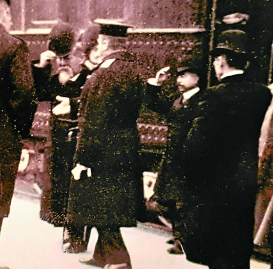 러시아와 협상을 위해 1909년 10월 26일 하벌빈 역에 도착한 이토 히로부미 초대 조선통감의 모습. 왼쪽 모자를 벗고 있는 인물이다. 이 직후 안중근 의사의 의거가 이뤄졌다. ㅔ중앙포토]