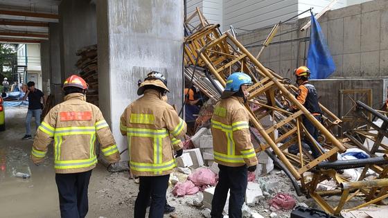 14일 오전 강원 속초시 조양동 아파트 건축현장에서 공사용 엘리베이터가 추락, 소방대원들이 구조작업을 벌이고 있다. [연합뉴스]