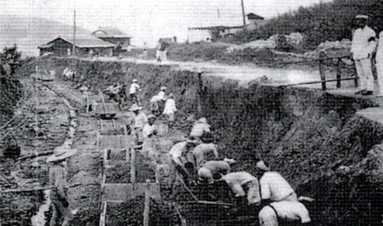 일본 공사현장에서 토목 노동을 하는 강제징용 조선인들.[해외교포문제연구소 제공/연합뉴스 자료사진]