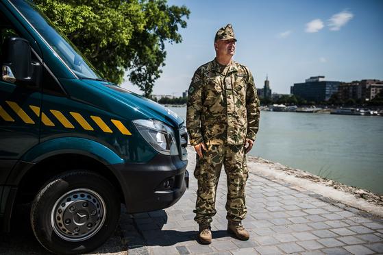 헝가리 육군 군사 물류 수송병 피터 파르 카스 상병이 지난 7월 2일 헝가리 부다페스트 마가렛 섬에서 포즈를 취했다. 사고 직후부터 구조대에 인원과 물자들을 신속하게 지원했다. [EPA=연합뉴스]