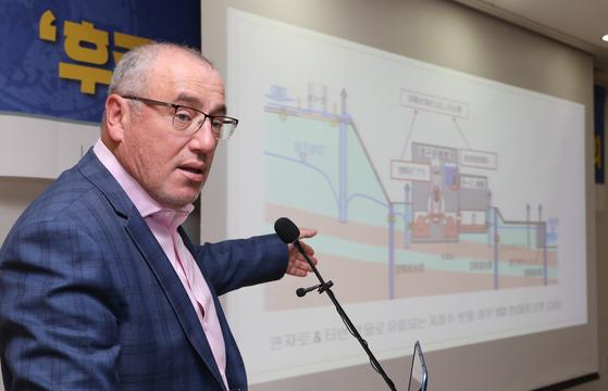 숀 버니 그린피스 수석 원잔력 전문가가 14일 국회에서 일본 후쿠시마 원전의 오염수 상황에 대해 설명하고 있다. [뉴스1]