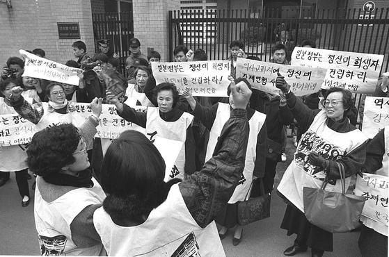 지난 1992년 1월 8일 당시 미야자와 일본 총리의 방한을 앞두고 일본대사관 앞에서 `종군위안부 강제연행 인정과 희생자에 대한 손해배상' 등 6개항을 요구하며 벌인 제1회 수요집회의 모습. [연합뉴스]