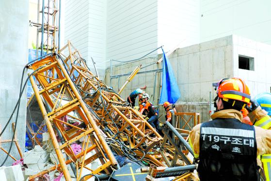 지난 14일 오전 강원 속초시 조양동의 한 아파트 건축 현장에서 건설용 리프트가 15층 높이에서 추락해 소방대원들이 구조 활동을 벌이고 있다. [연합뉴스]