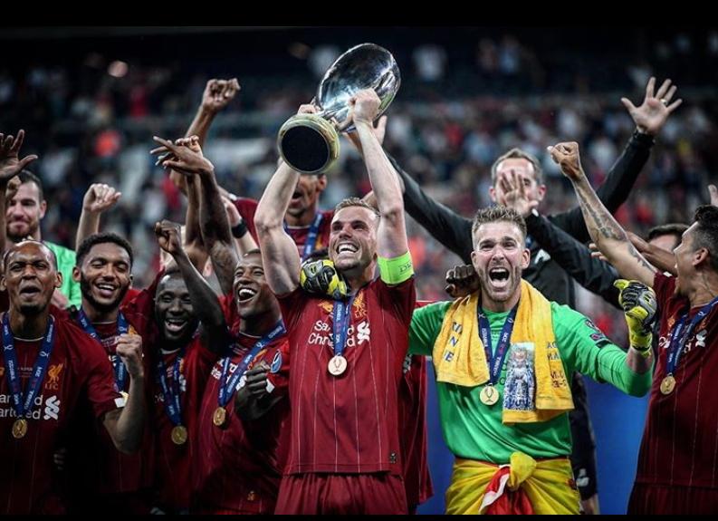 리버풀 선수들이 14일 터키 이스탄불에서 열린 수퍼컵에서 첼시를 꺾은 뒤 우승컵을 들어올리며 기뻐하고 있다. [사진 리버풀 인스타그램]