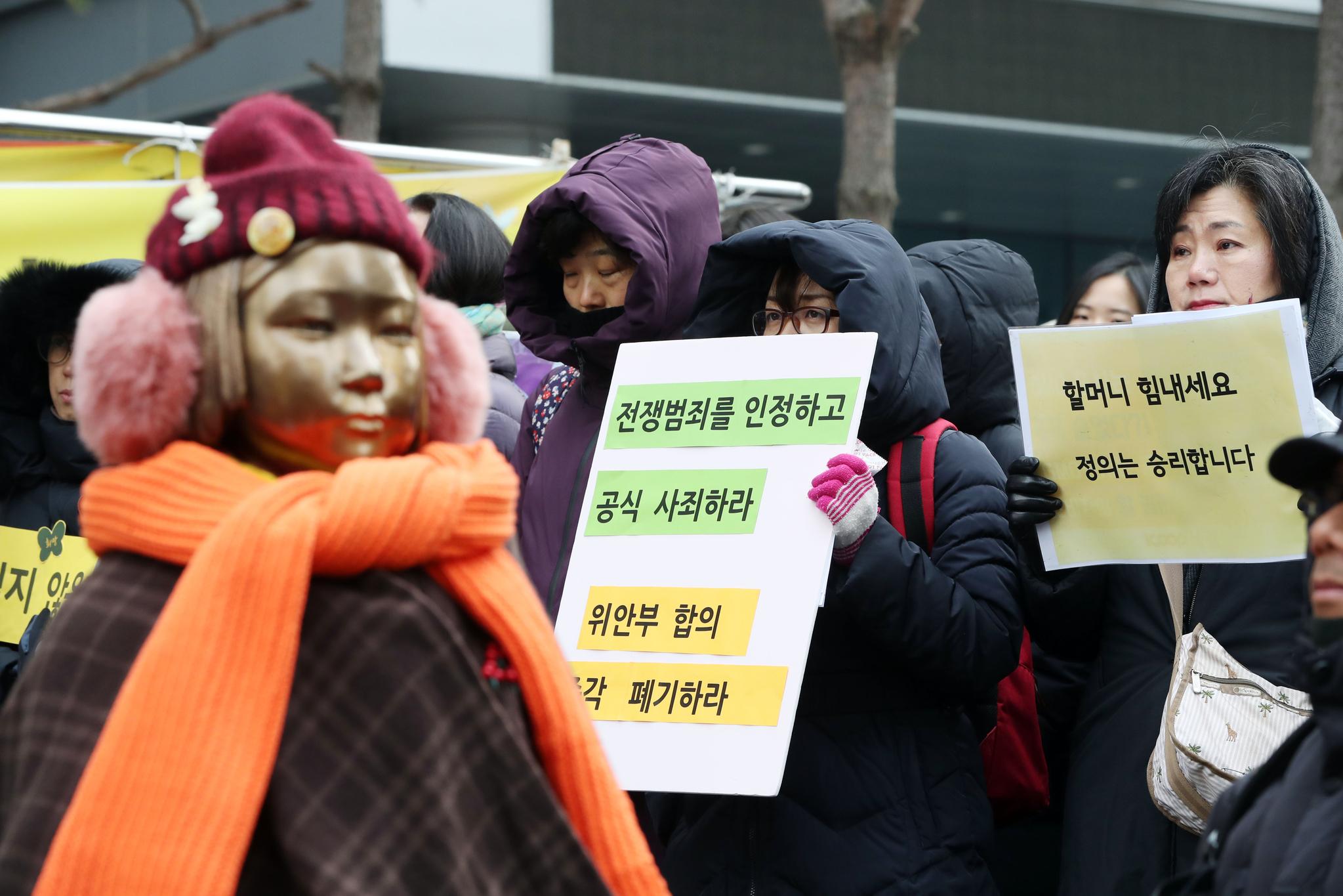 제1314차 일본군성노예제 문제해결을 위한 정기 수요시위가 2017년 12월 20일 오후 서울 종로구 주한 일본대사관 앞 평화로에서 열렸다. 김경록 기자
