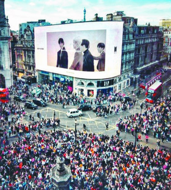 지난 6월 방탄소년단의 영국 런던 웸블리 스타디움 콘서트를 앞두고 런던 피커딜리 서커스 전광판에 걸린 팬 메시지 영상. [트위터]