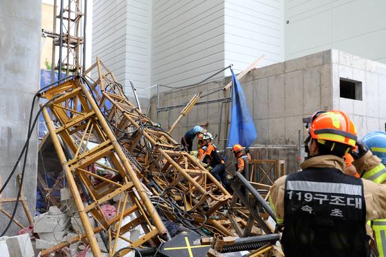 14일 강원도 속초시 한 아파트 건축공사 현장에서 공사용 엘리베이터가 15층 높이에서 추락해 소방대원들이 구조 활동을 벌이고 있다. 이 사고로 3명이 사망하고 3명이 다쳤다. [연합뉴스]
