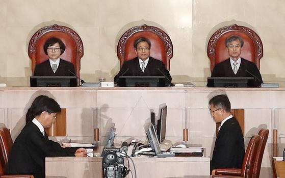 지난해 10월 30일 서울 서초구 대법원에서 열린 강제징용 피해자들의 손해배상 청구 소송에서 재판부는 원고 승소 판결을 내렸다. 김상선 기자