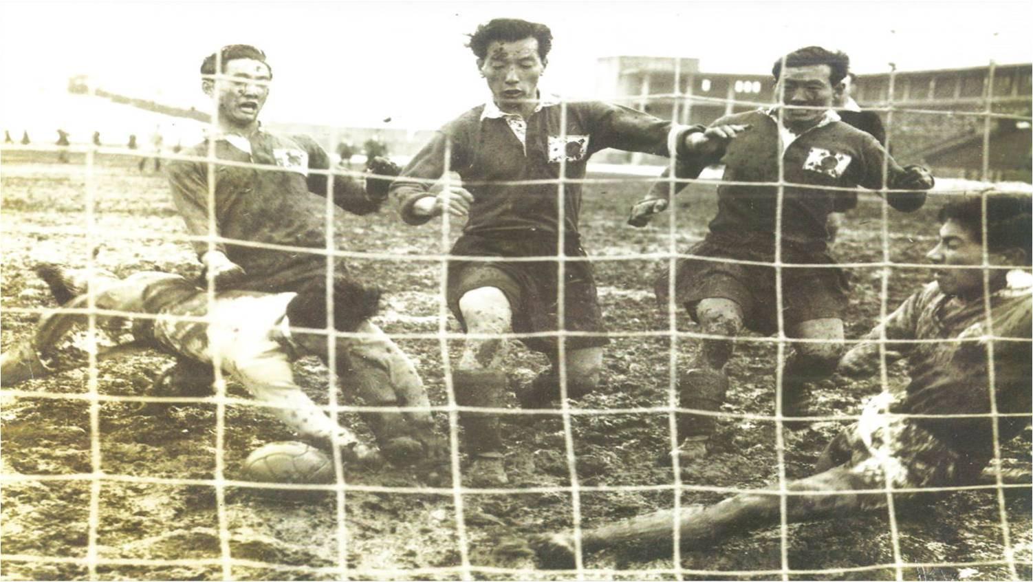 14일 광복 74주년을 맞아 경기 고양시에서 1954년 첫 한·일전 사진들이 전시됐다. 일본 도쿄 메이지신궁 경기장에서 최정민(왼쪽 둘째)이 일본 골키퍼와 수비수 사이를 뚫고 골을 터뜨리고 있다. 고양=변선구 기자