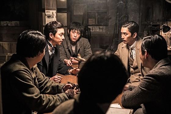 영화 '밀정'의 한 장면. 배우 공유가 연기한 김우진은 독립운동가 김시현을 모델로 한 인물이다. [사진 워너브라더스코리아]