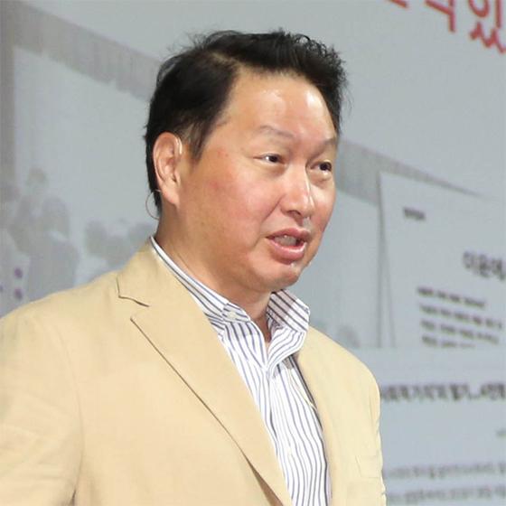 최태원 SK 회장은 올 상반기 40억원의 보수를 수령했다. [연합뉴스]