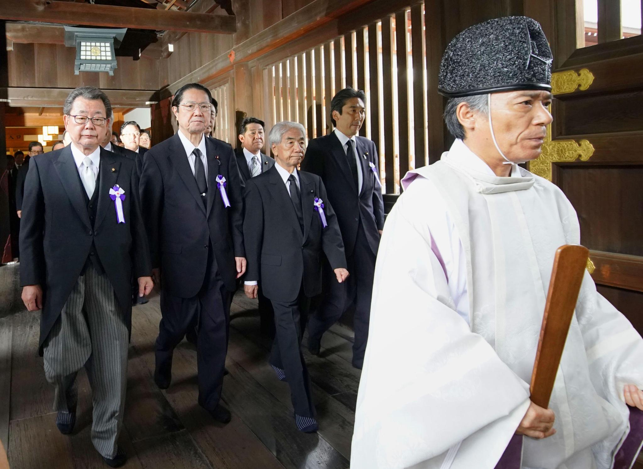 우익 성향의 일본 의원들이 광복절인 15일 일제 침략전쟁의 상징인 야스쿠니(靖國)신사를 집단 참배하고 있다. [연합뉴스]