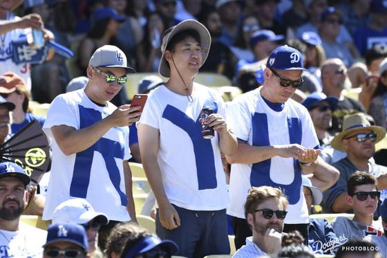 2019년 8월 12일 다저스 홈에서 열린 애리조나전에서 선발로 나온 류현진을 응원하고 있는 데이비드 김(오른쪽)과 두 아들. [사진 다저스 포토블로그]