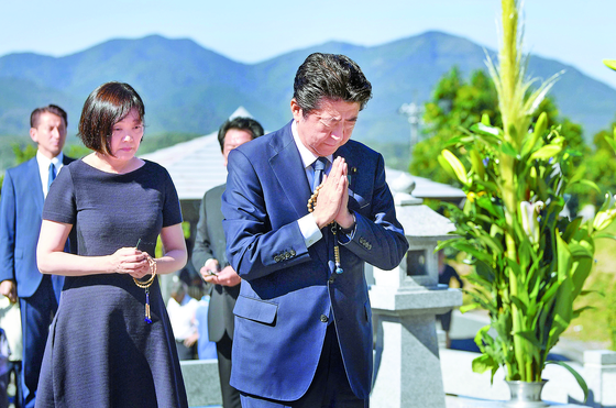 아베 신조 일본 총리가 부인 아키에 여사와 함께 13일 야마구치현 나가토에 있는 선친 묘소를 참배하고 있다. [연합뉴스]
