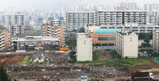 철거 공사가 한창인 서울 강동구 둔촌주공 아파트. 분양가상한제 적용을 받으면 조합원 분양가가 일반분양가보다 더 올라갈 수 있다.