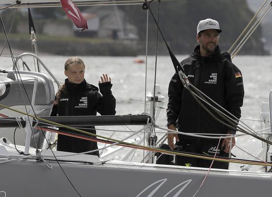 그레타 툰베리(왼쪽)가 14일 (현지시간) 영국 남서부 플리머스 해안을 출발하고 있다. [AP=연합뉴스]