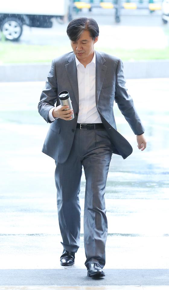 조국 법무부 장관 후보자가 12일 오전 인사청문회 준비 사무실이 마련된 서울 종로구 사직로 적선현대빌딩으로 출근하고 있다. [뉴시스]