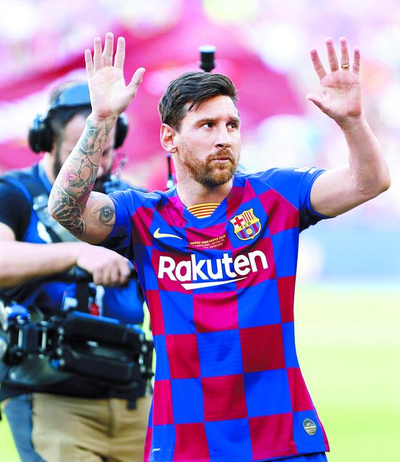 지난 4일 부상으로 아스널과 프리시즌 매치에 결장한 바르셀로나 공격수 메시가 경기 종료 후 그라운드에 나와 팬들에게 손을 흔들며 인사하고 있다. [EPA=연합뉴스=