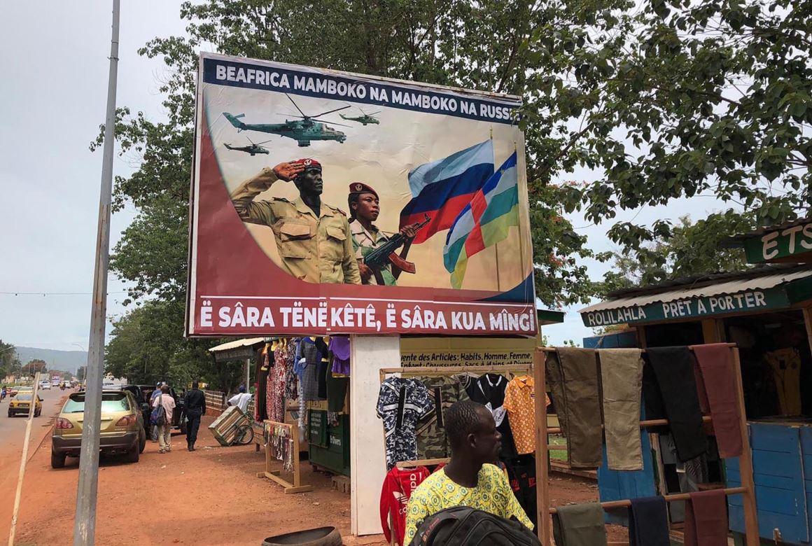 """중앙아프리카공화국(CAR) 수도 방기의 거리에 """"CAR은 러시아와 손잡는다. 말은 적게, 일은 많이""""는 글이 담긴 포스터가 걸려 있다. 러시아가 아프리카 국가들에 대한 영향력을 확대하며 아프리카로 돌아오고 있다고 미 CNN이 특집기사에서 보도했다.[사진 CNN 캡처]"""