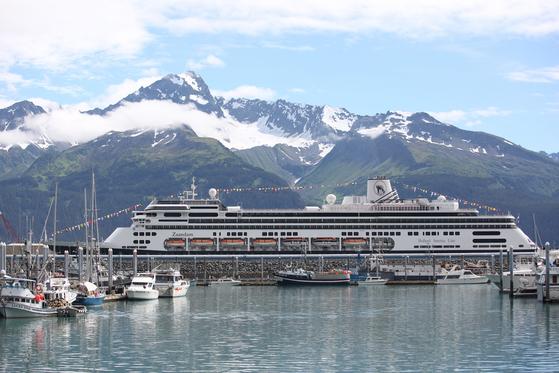 크루즈 여행은 누구나 꿈꾸는 평생의 로망이다. 알래스카 수어드 항에 정박한 크루즈 선박. [중앙포토]