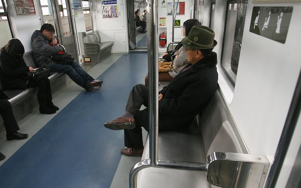 서울 지하철 1호선에 설치된 교통약자석. [중앙포토]