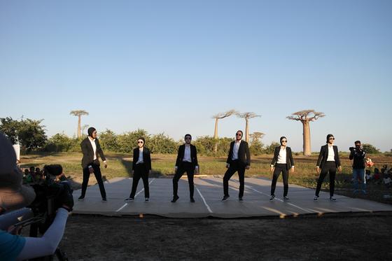 마다가스카르 수교 25주년을 기념해 현지에서 앰비규어스 댄스 컴퍼니가 공연하는 모습.[외교부 제공]