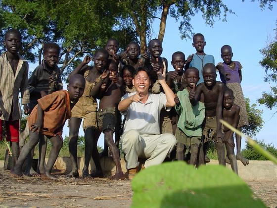 아프리카 남수단의 작은 마을 톤즈 아이들과 고 이태석 신부. [중앙포토]