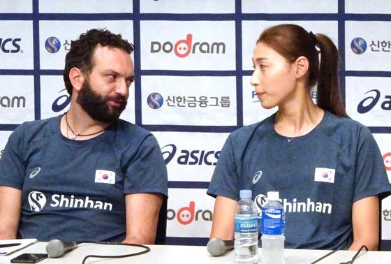 지난 7월 기자간담회에 참석한 스테파노 라바리니(왼쪽) 감독과 주장 김연경. [연합뉴스]