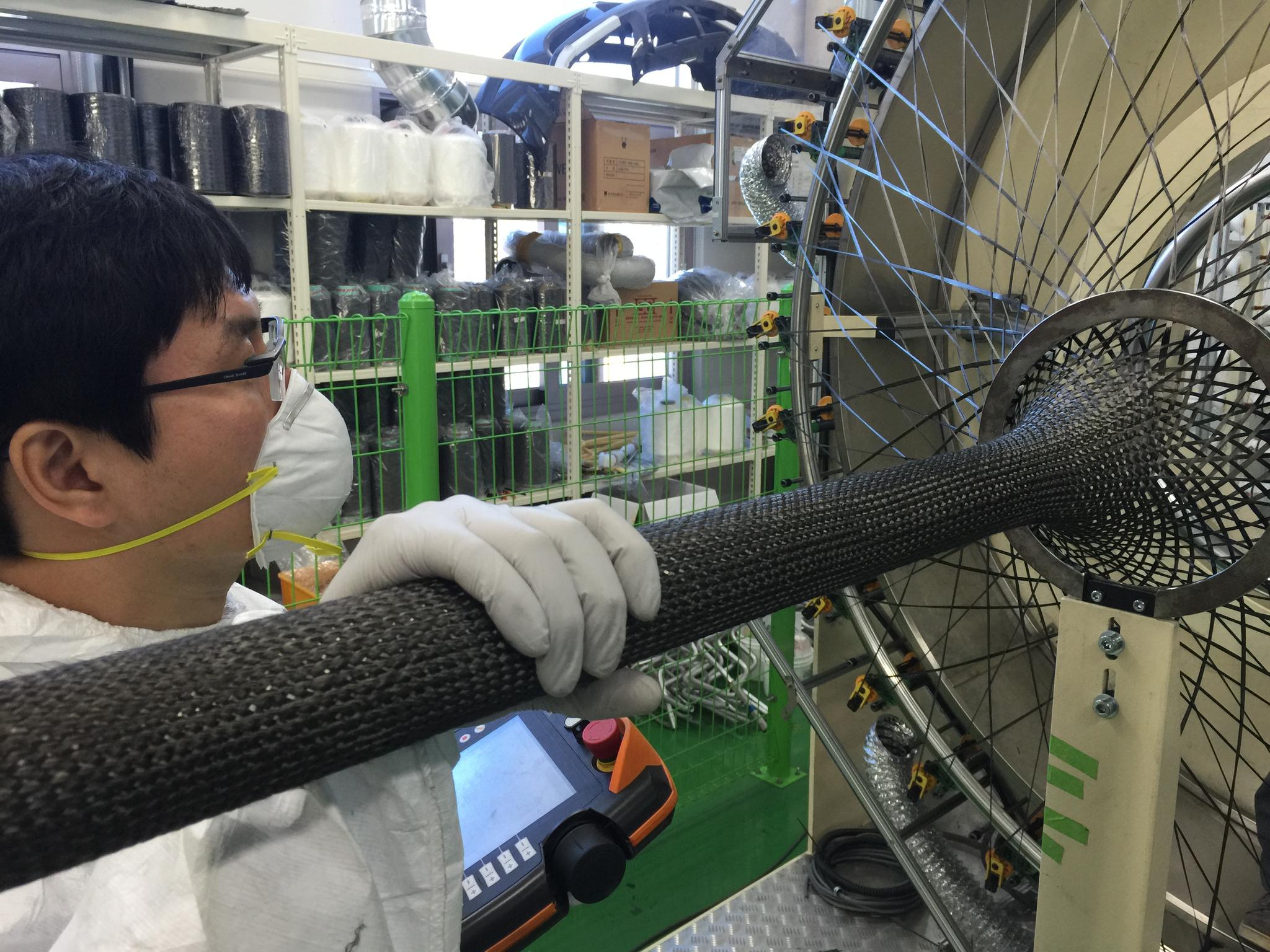 한국탄소융합기술원 연구원이 브레이딩 장비를 통해 탄소섬유를 관(管)형으로 직조하고 있다. [사진 한국탄소융합기술원]