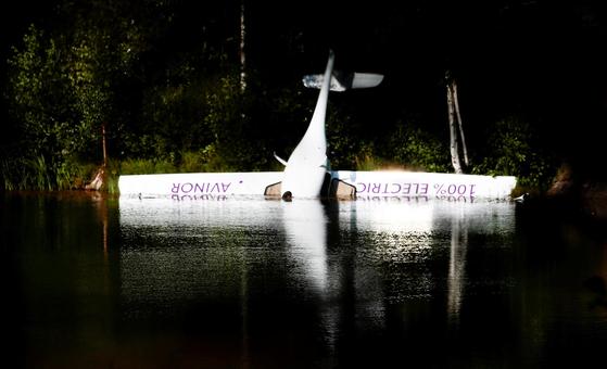 노르웨이의 첫 전기비행기 '알파 일렉트로 G2'가 14일 아렌달의 한 호수에 추락했다.[로이터=연합뉴스]