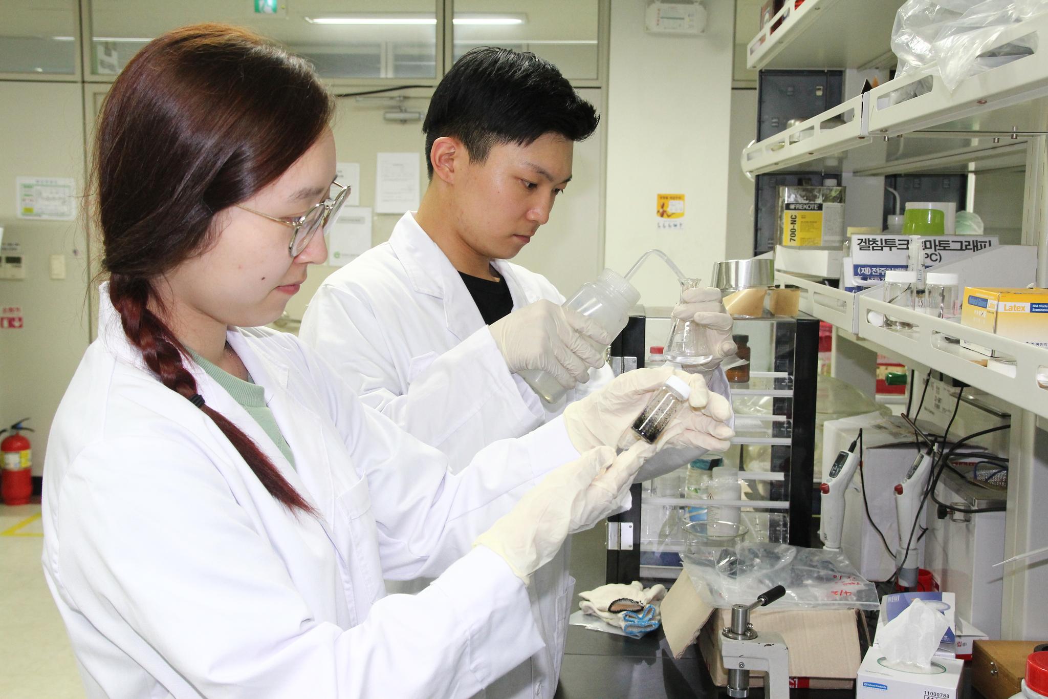 한국탄소융합기술원 연구원들이 탄소섬유 생산을 위한 실험에 몰두하고 있다. [사진 한국탄소융합기술원}
