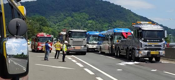 16일 오전 11시 40분께 경남 창원시 마산회원구 남해고속도로 제1지선 진주 방면 15㎞ 지점에서 차량 5대가 연쇄 추돌해 37명이 경상을 입었다. 사진은 추돌사고 현장. [연합뉴스]