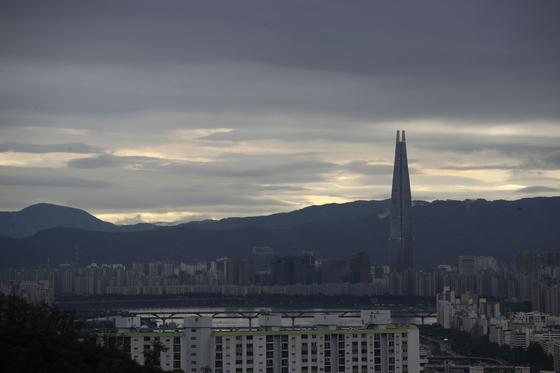 18일 새벽까지 전국 곳곳에서 비가 내릴 것으로 기상청이 예보했다. 16일 오전 서울 남산에서 바라본 하늘이 흐리다. [연합뉴스]