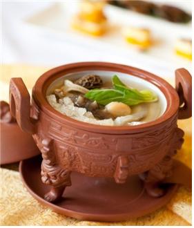 제비집 스프. 뚠지탕(???)은 중국에서는 행사때 제비집 스프 요리로 큰 행사로 인정을 받기 위해서는 제비집 스프 요리가 나와야 한다. [사진 전지영]