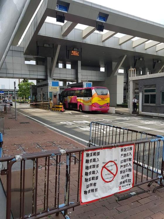 홍콩-중국 최접경지 선전만출입국사무소. 차량이 검문을 받고 있다. [박성훈 기자]