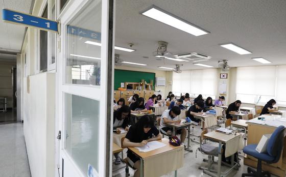 2020학년도 대학수학능력시험 D-100일을 하루 앞둔 5일 대전 서구 둔산여고에서 고3 학생들이 자율학습을 하고 있다. [뉴스1]