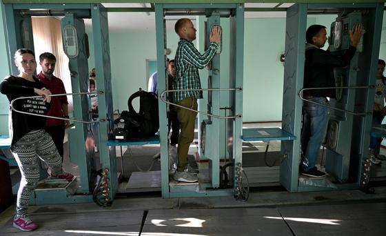 체르노빌을 방문한 관광객들이 방사능 피폭량을 측정하고 있다. [AFP=연합뉴스]
