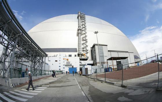 지난 1986년 폭발사고가 난 체르노빌 원전 4호기 콘크리트 위에 새로 설치된 철제 아치형 방호덮개 외관. [TASS=연합뉴스]