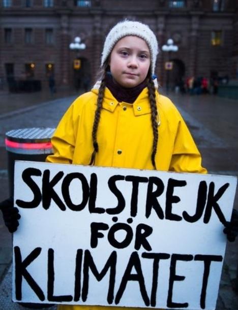 ' 기후변화를 위한 등교거부(school strike for climate)'라고 쓰인 슬로건을 들고 시위하고 있는 툰베리. [중앙포토]